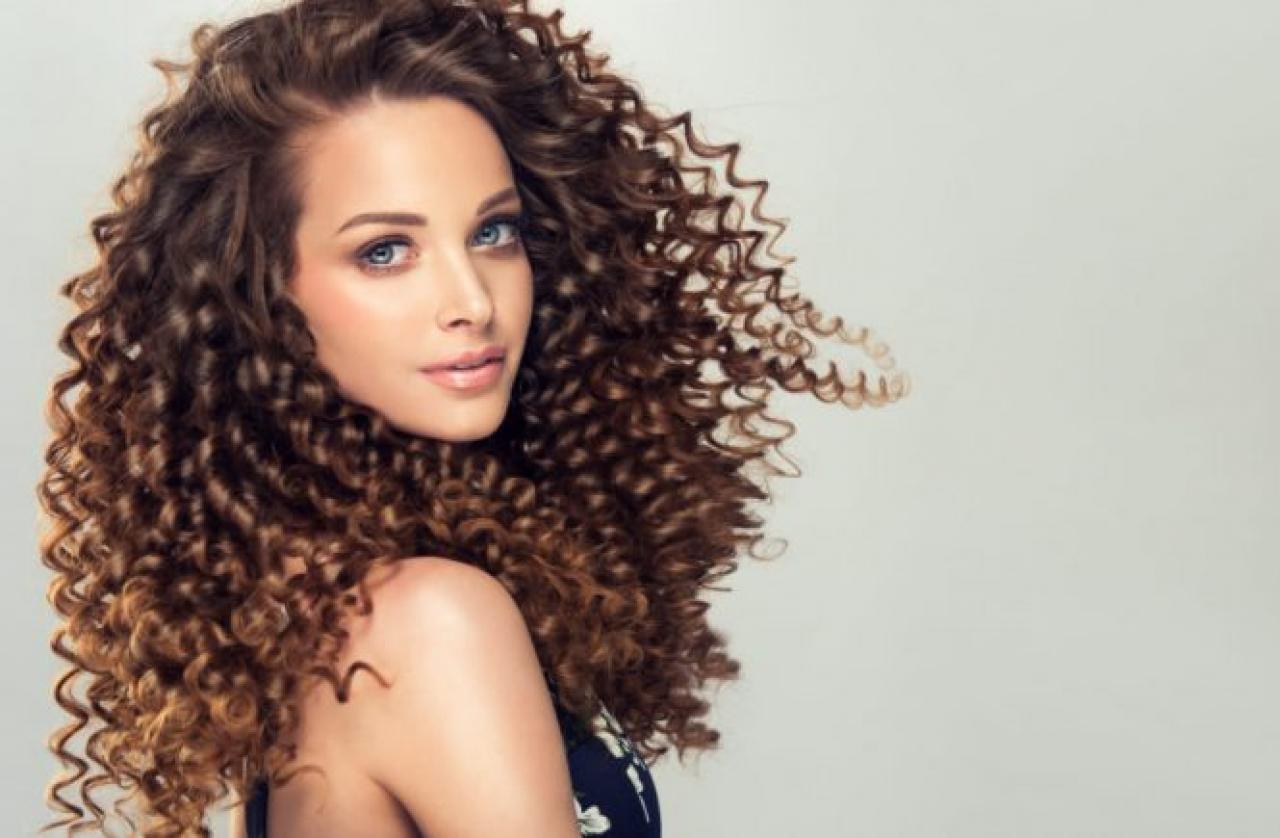 Come gestire i capelli ricci - FashionChannel